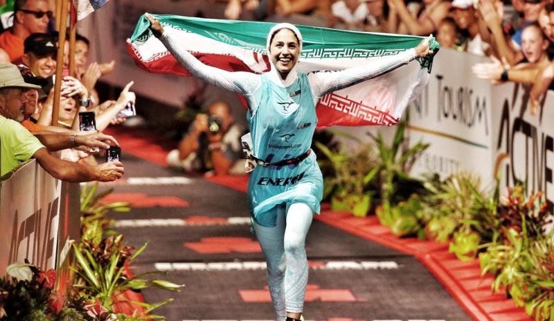 يك زن محجبه ايراني از خط پايان مردان آهنين گذشت